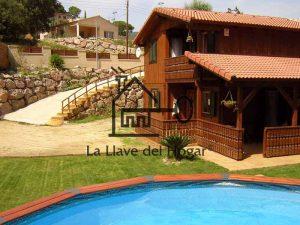 vista exterior de una casa de madera con piscina