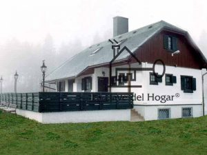 casa que combina entramado ligero acabado monocapa con acabado de madera