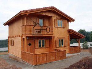 casa de madera de 2 pisos con terraza delantera y porche lateral