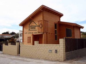 casa de madera moderna con grandes ventanales y diseño personalizado