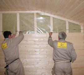 montadores colocando tablilla o friso en pared