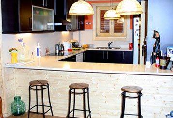 Montadores de La Llave del hogar comenzando a construir una casa de madera