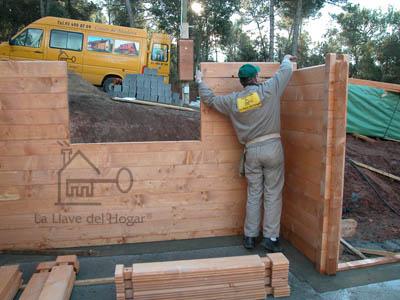 comenzando la construcción de la planta baja. Se colocan los primeros troncos