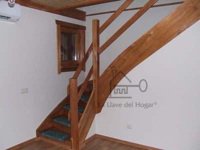 escaleras de madera con alfombras