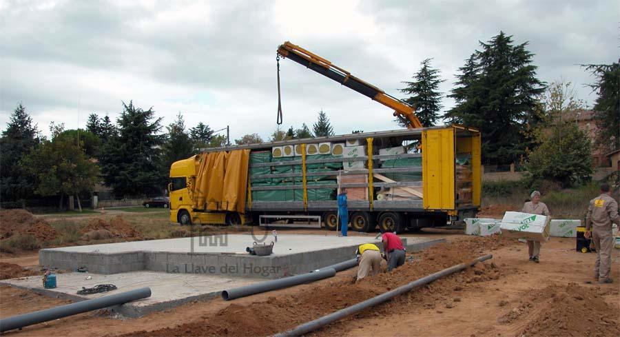 llegada del camión con la casa de madera a construir