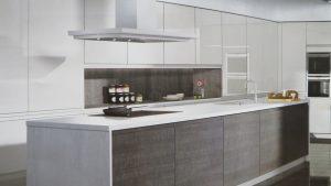 cocina moderna con isla para cocinar y fregar platos