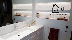 baño con lavamanos blanco de diseño y moderno