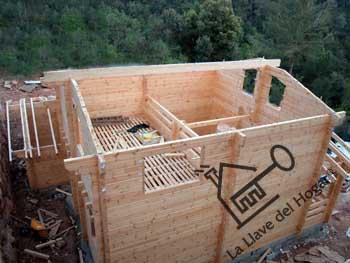 casas de madera con tableros pero en este caso se prescinde de vigas ya que la estructura slo se compone de los tronco rectos sin forjado vigas en
