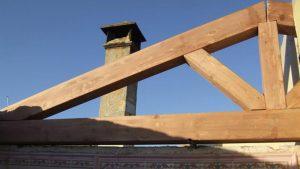 colocación de estructura del tejado o forjado de cubierta en madera