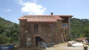 Reformando la cubierta de una masía colocando nuevas tejas sobre rastreles de madera
